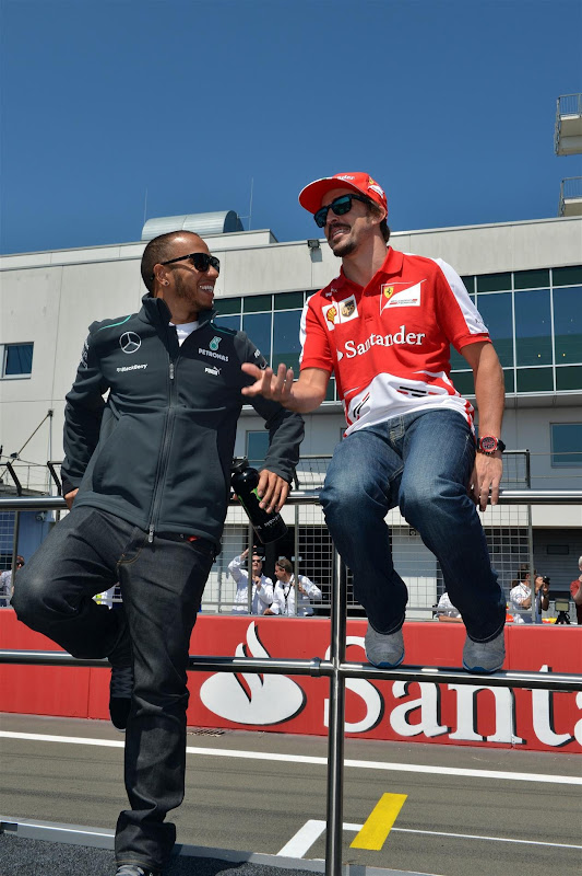 Льюис Хэмилтон и Фернандо Алонсо на параде пилотов Нюрбургринга на Гран-при Германии 2013