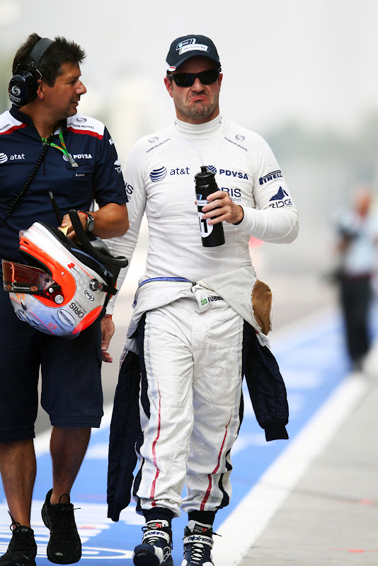 Рубенс Баррикелло идет с механиком по пит-лейну Монцы на Гран-при Италии 2011
