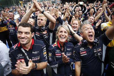 Red Bull празднует победу в Спа на Гран-при Бельгии 2013