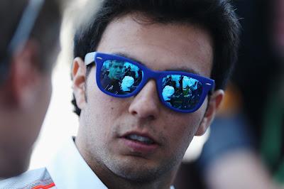 Серхио Перес в синих очках и отражение Себастьяна Феттеля на Гран-при Германии 2013