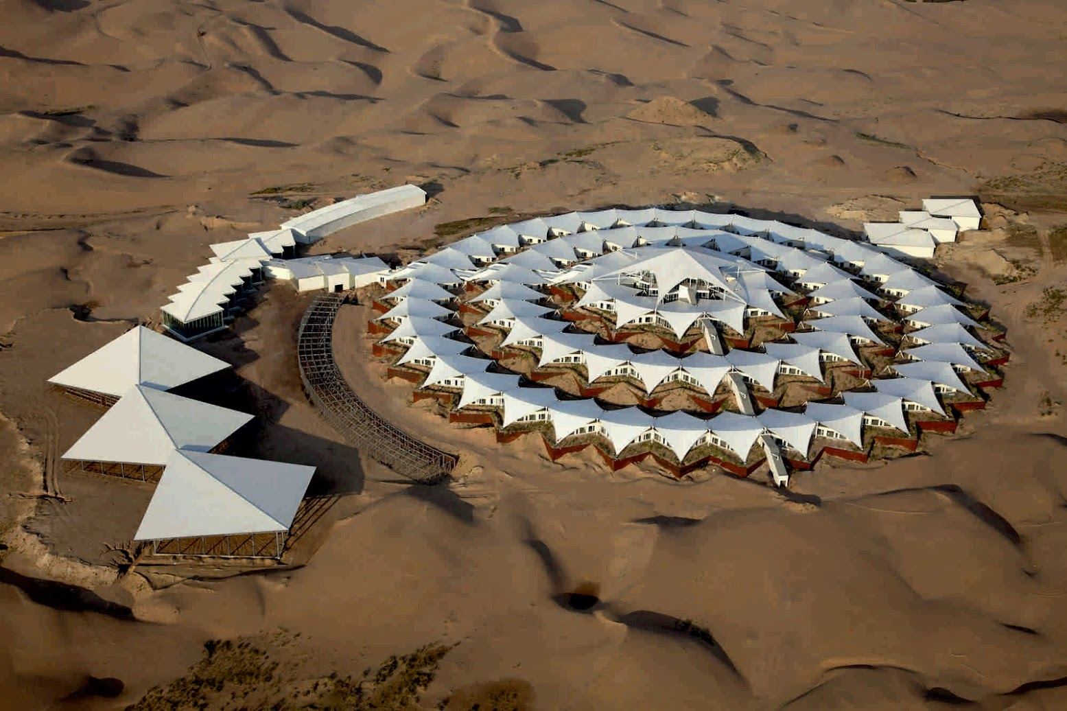 Xiangshawan Motorway Interchange, Dalad, Ordos, Cina: [XIANGSHAWAN DESERT LOTUS HOTEL BY PLAT ARCHITECTS]