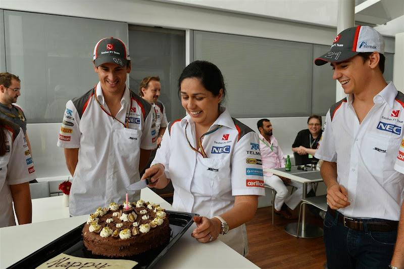 Мониша Кальтенборн разрезает торт на Гран-при Испании 2014