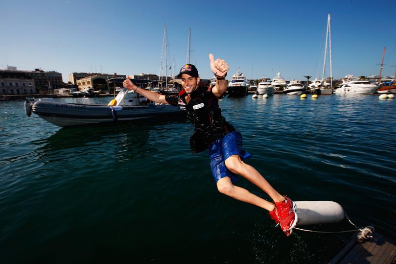 Хайме Альгерсуари прыгает в море на Гран-при Европы 2011 в Валенсии