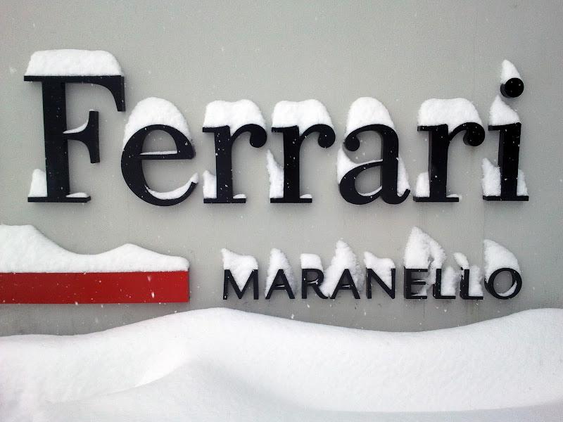 вывеска Ferrari под снегом в Маранелло 2 ферваля 2012