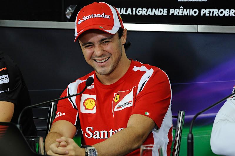 смеющийся Фелипе Масса на пресс-конференции Гран-при Бразилии 2011