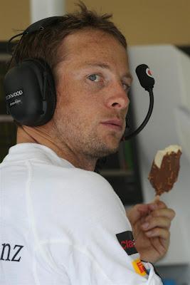 Дженсон Баттон кушает мороженку на Гран-при Венгрии 2013