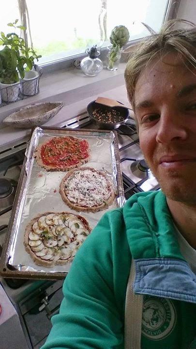 Нико Росберг - сэлфи с пиццей