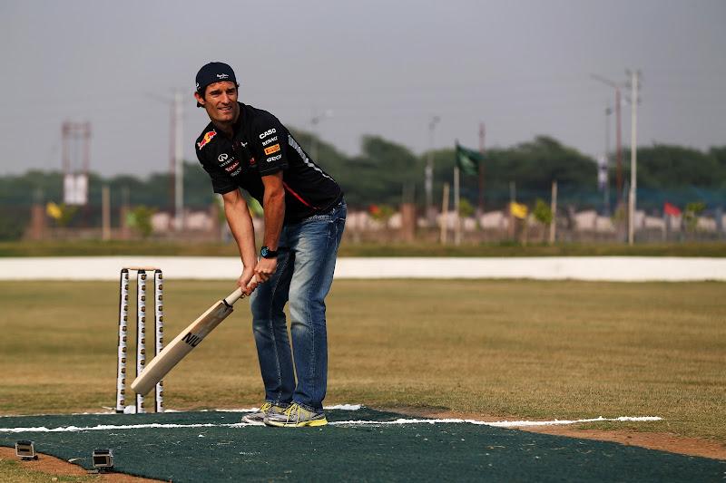 Марк Уэббер играет в крикет перед Гран-при Индии 2012