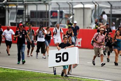 болельщик тащит точку торможения 50 после финиша Гран-при Германии 2014