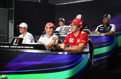 пилоты на пресс-конференции в четверг на Гран-при Малайзии 2012