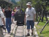 道上有礦石車,很多小朋友爬進去拍照。