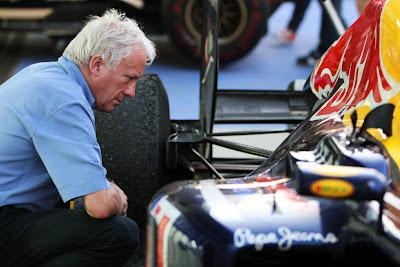 Чарли Уайтинг смотрит на заднюю подвеску Red Bull на Гран-при Кореи 2011