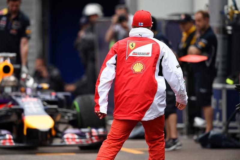 Кими Райкконен и болид Феттеля на пит-лэйне Гран-при Монако 2014