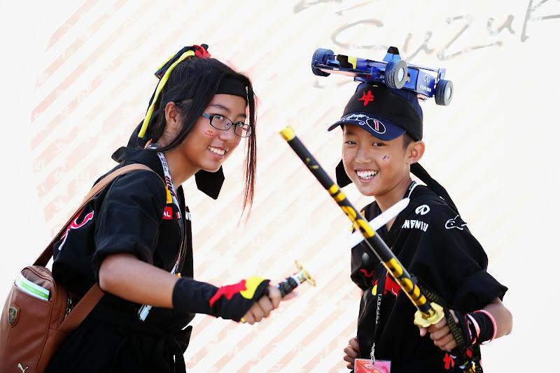 болельщики Red Bull с катанами на Гран-при Японии 2013