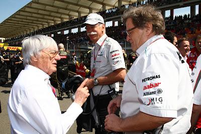 Берни Экклстоун указывает пальцем Норберту Хаугу на Гран-при Турции 2011