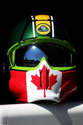 специальная версия шлема механика Team Lotus на Гран-при Канады 2011 с символикой флага