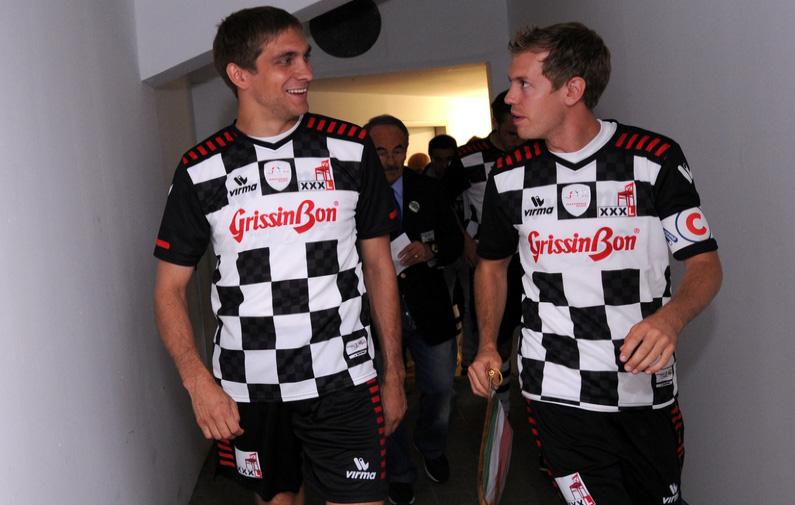 Виталий Петров и Себастьян Феттель на футбольном матче в Германии 2011
