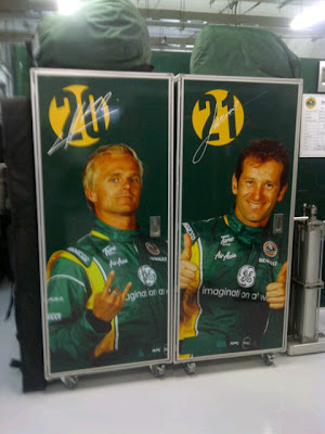 изображения пилотов Team Lotus Хейкки Ковалайнена и Ярно Трулли на Гран-при Индии 2011