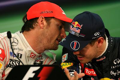 Дженсон Баттон шепчет что-то на ушко Себастьяну Феттелю на пресс-конференции после гонки на Гран-при Японии 2011