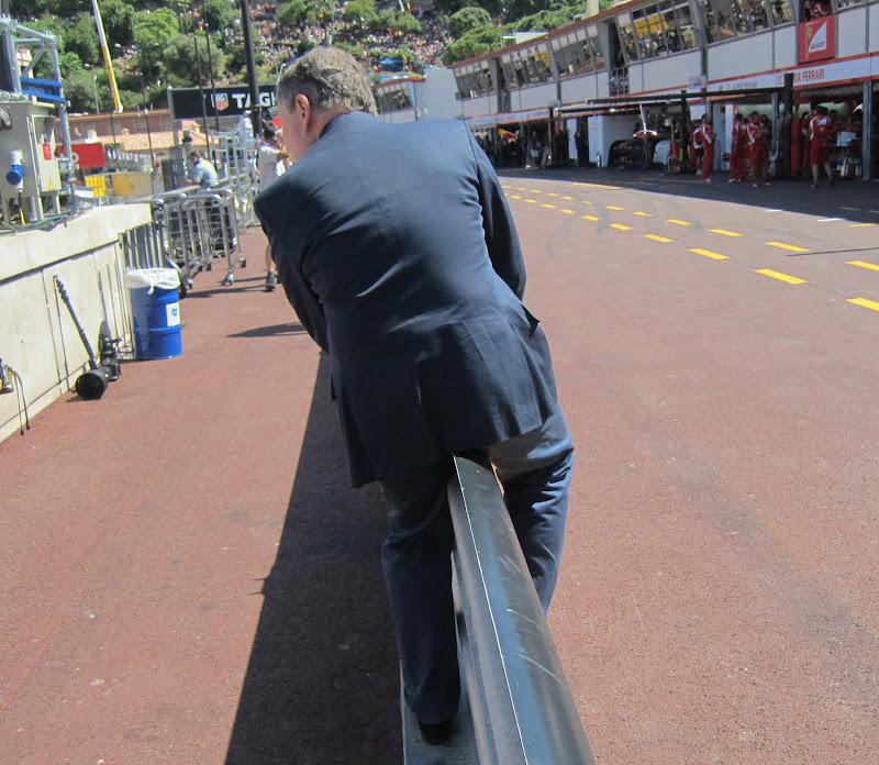 Жан Тодт пытается перелезть через барьер безопасности на Гран-при Монако 2011