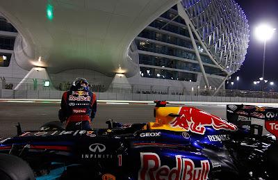 Себастьян Феттель и остановившийся болид Red Bull на квалификации Гран-при Абу-Даби 2012