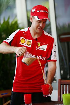 Себастьян Феттель наливает напиток на Гран-при Малайзии 2015