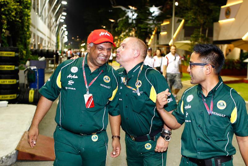 Майк Гаскойн лезет целоваться к Тони Фернандесу - Риад Асмат наблюдает на Гран-при Сингапура 2011