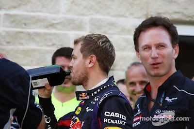 Себастьян Феттель с бутылкой Егермейстера на праздновании победы на Гран-при США 2013