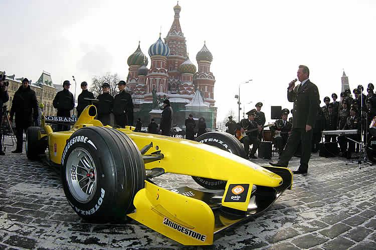 болид Jordan 2005 на Красной площади на фоне храма Василия Блаженного в Москве 2005