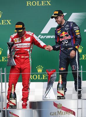 Фернандо Алонсо и Себастьян Феттель держатся за руки на подиуме Монреаля на Гран-при Канады 2013
