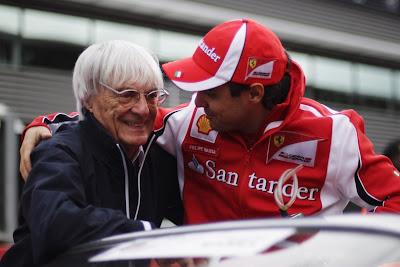 Фелипе Масса берет Берни Экклстоуна на борт своего автомобиля во время парада пилотов на Гран-при Бельгии 2011