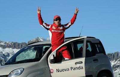 Фелипе Масса выходит из своего Fiat и приветствует всех на Wrooom 2012