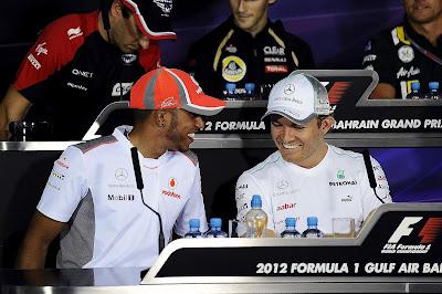смеющиеся Льюис Хэмилтон и Нико Росберг на пресс-конференции в четверг на Гран-при Бахрейна 2012
