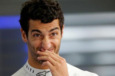 удивленно-улыбающийся Даниэль Риккардо на Гран-при Бразилии 2014