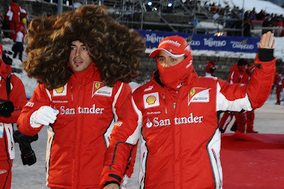 Фелипе Масса со скрытым лицом фотографируется с Фернандо Алонсо в здоровенном парике и на Wrooom 2012
