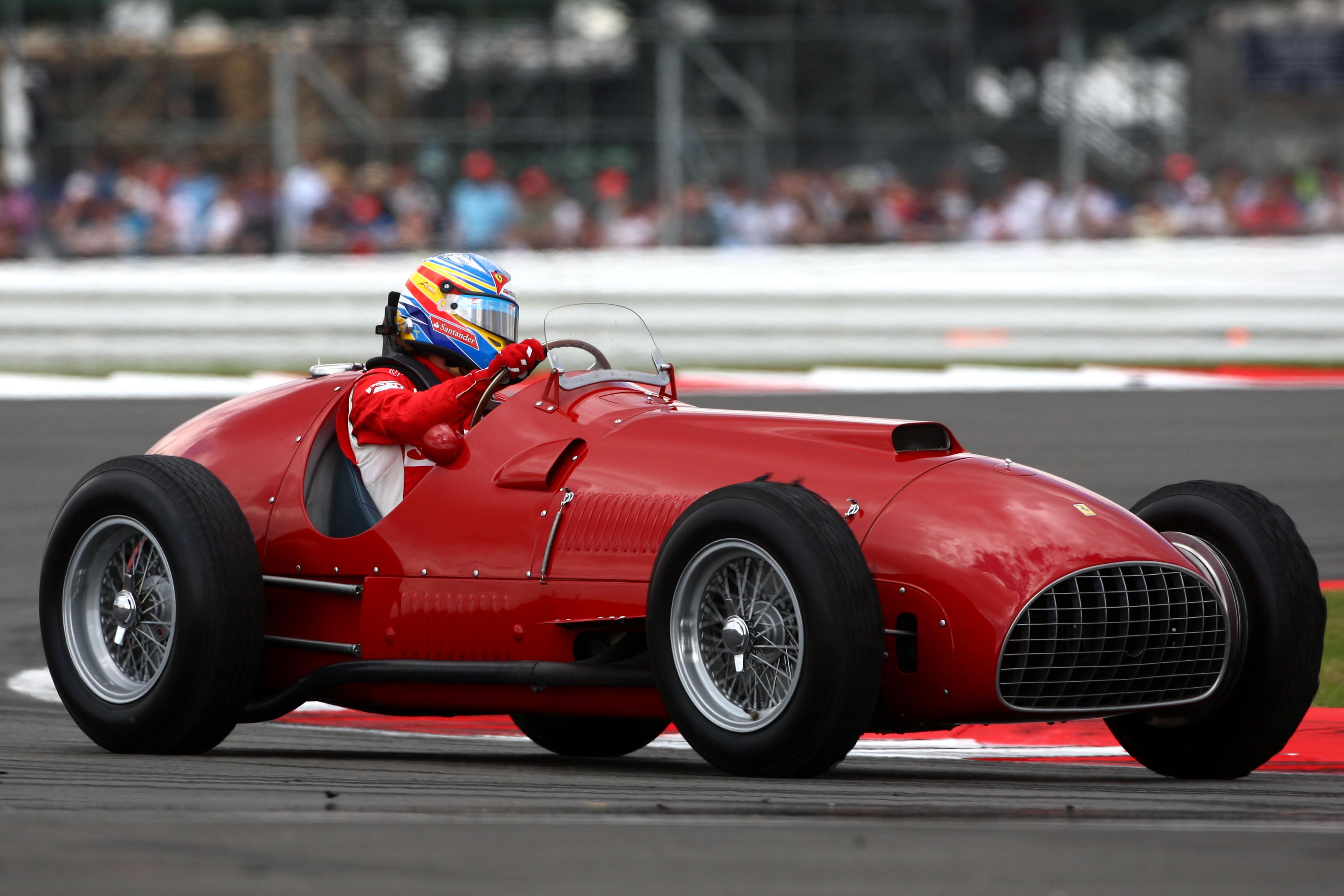 Фернандо Алонсо за рулём Ferrari 375 перед Гран-при Великобритании 2011
