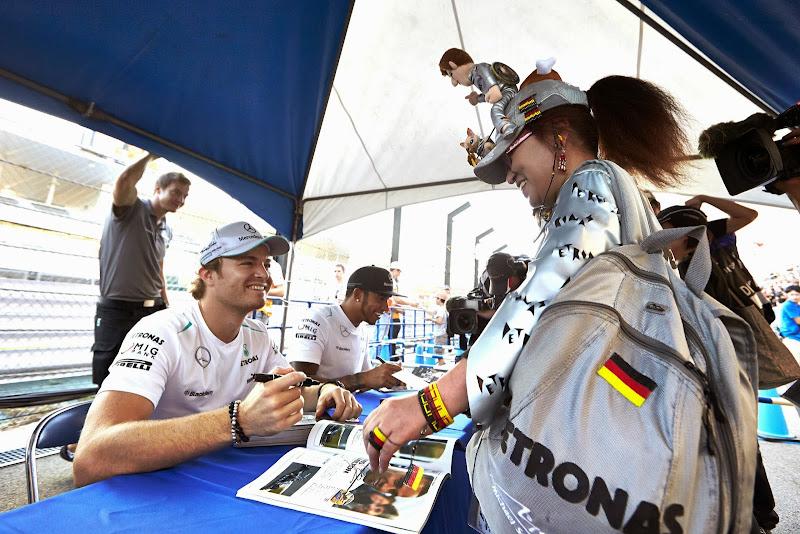 супер-болельщица Mercedes в серебряном костюме на автограф-сессии Гран-при Японии 2013