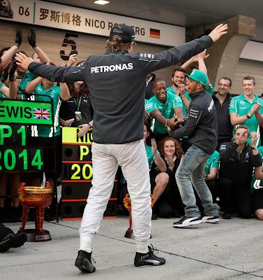 Нико Росберг вливается в праздник Льюиса Хэмилтона и механиков Mercedes после дубля на Гран-при Китая 2014