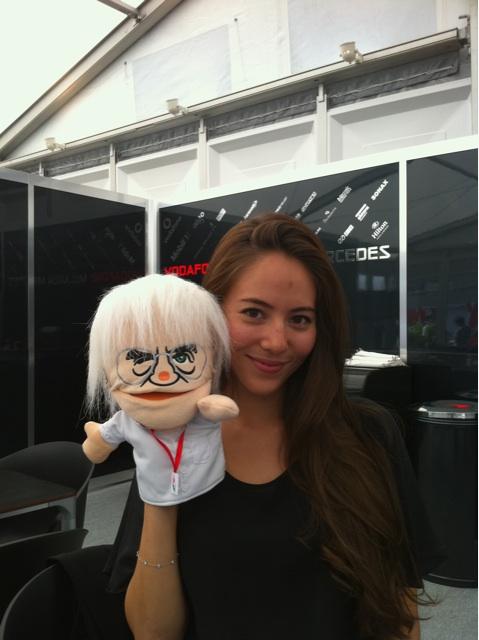 Джессика Мичибата с куклой Берни Экклстоуна на Гран-при Японии 2011