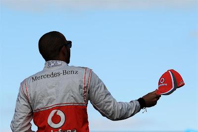 Льюис Хэмилтон с кепкой на Гран-при Австралии 2012