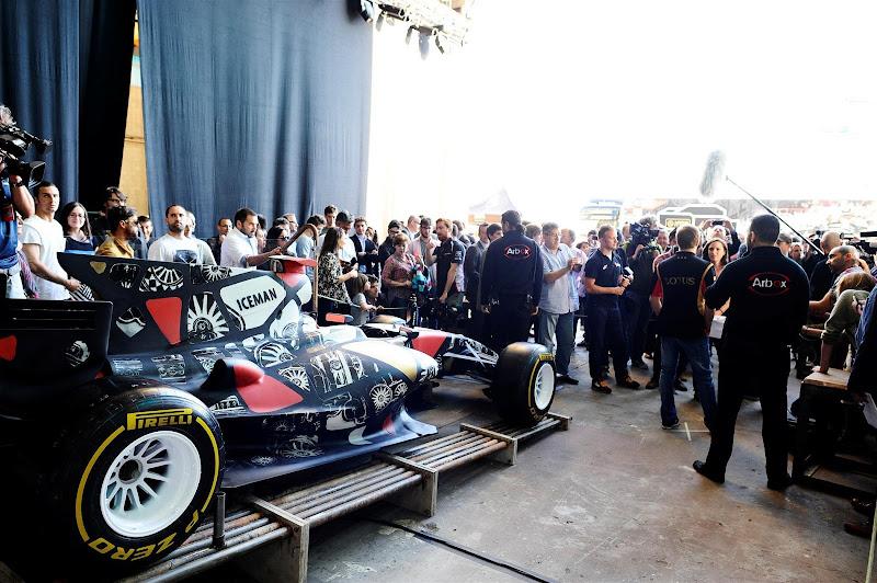 болид Lotus в стиле граффити на Гран-при Испании 2013
