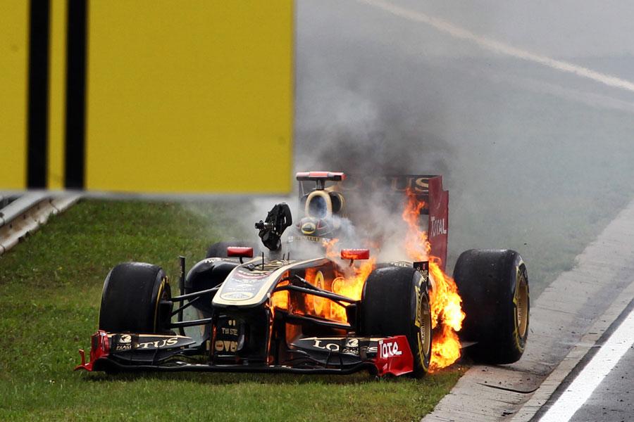 Lotus Renault Ника Хайдфельда охвачен огнем после пит-стопа на Гран-при Венгрии 2011