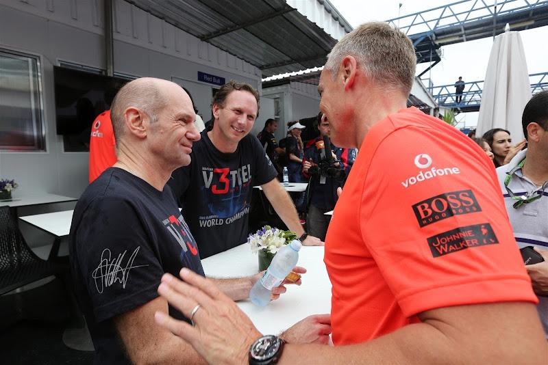Мартин Уитмарш поздравляет Эдриана Ньюи и Кристиана Хорнера с удачным сезоном на Гран-при Бразилии 2012