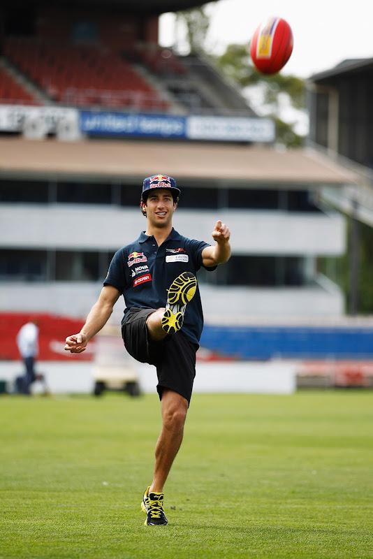Даниэль Риккардо пинает мяч для регби перед Гран-при Австралии 2012