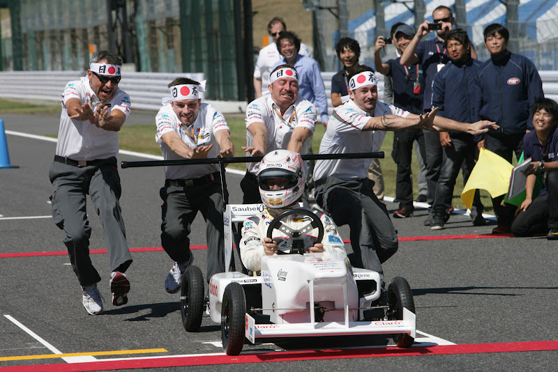 команда Sauber Soapbox толкает болид Камуи Кобаяши на Гран-при Японии 2011