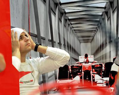 Фелипе Масса вытирает голову полотенцем на голове в гараже Ferrari на Гран-при Сингапура 2011
