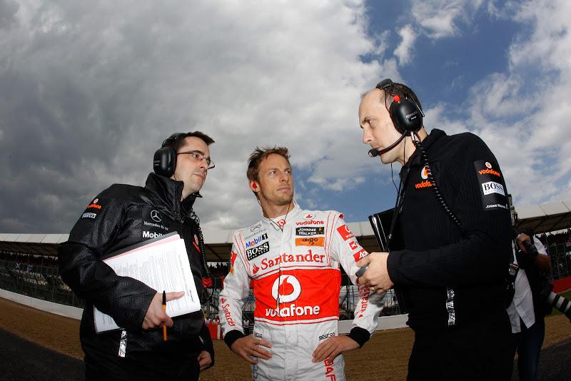 Дженсон Баттон с механиками McLaren перед стартом под суровым небом Сильверстоуна на Гран-при Великобритании 2011