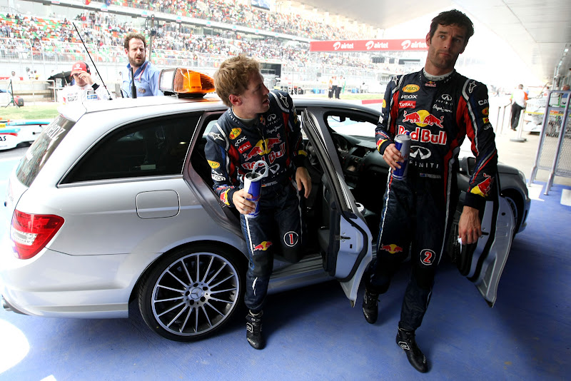 Себастьян Феттель и Марк Уэббер выходят из машины в субботу на Гран-при Индии 2011