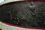 Po lewej - generał Suharto zaprowadza porządek w ogarniętym chaosem kraju. Po prawej - prezydent Sukarno z dekretem zrzeczenia się władzy na rzecz gen. Suharto.