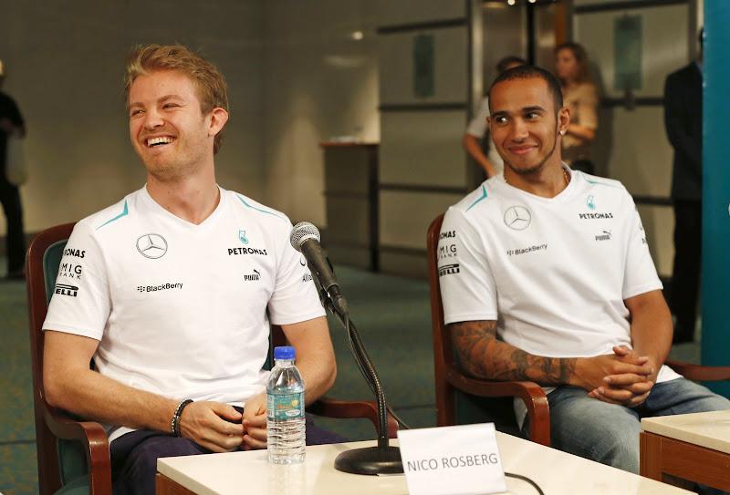Нико Росберг и Льюис Хэмилтон на пресс-конференции в среду перед Гран-при Малайзии 2013
